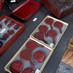 鎌倉彫 松仙堂。手鏡は7,000円。使いやすそうな小さなお盆は22,000円でした。