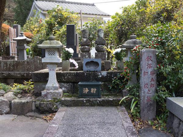 勝五郎と初花の墓。