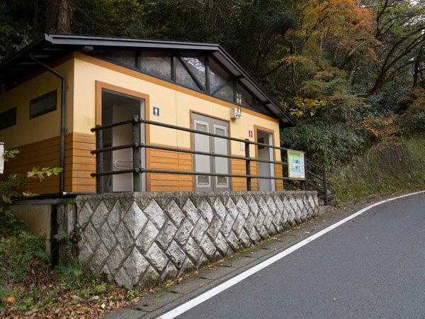 鎖雲寺を出て県道を少し歩くと公衆トイレがあります。