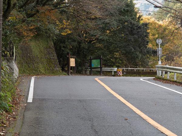鎖雲寺から2、3分県道を歩くと左手に須雲川自然探勝歩道の入口がみえてきます。