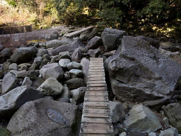 簡素な木の橋が景観を乱しません。