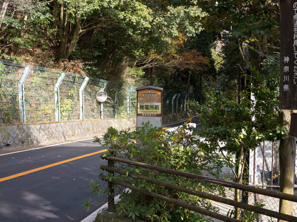 県道に出てきます。「発電所前」のバス停があります。