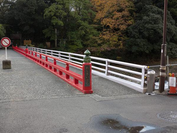 国道1号線を横断し、早川にかかる、あじさい橋を渡ります。
