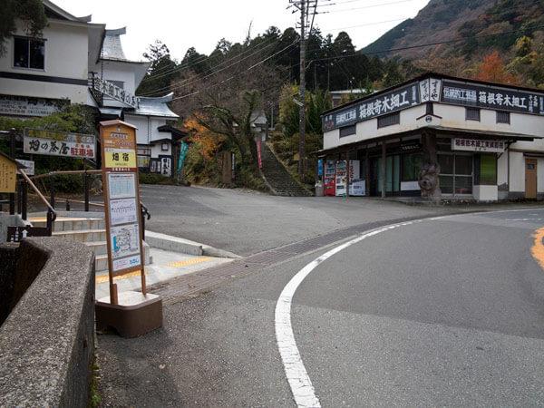 畑宿の町を少し歩いてここを左手に進みます。