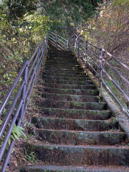 県道をそれて急な階段を登ります。