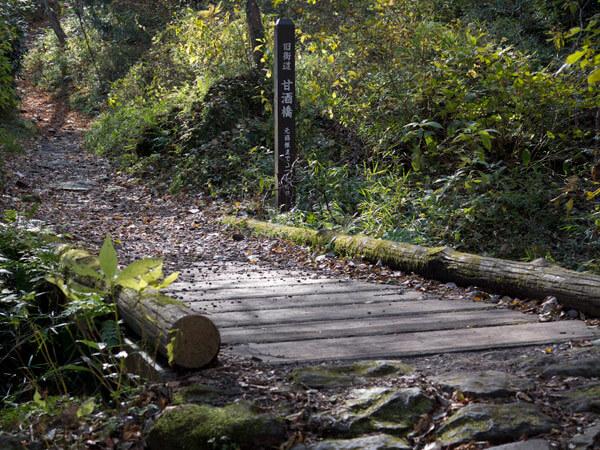 木の簡素な橋が旅情を乱さずよいです。