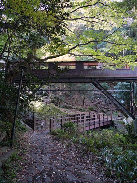 猿橋と箱根湯本ホテルの渡り廊下。
