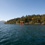 芦ノ湖上に建つ箱根神社、平和の鳥居。1952年(昭和27年)今上陛下の立太子礼に際して建立されました。