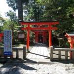 第四鳥居をくぐって立派な杉木立の参道を上ると途中に曽我神社があります。