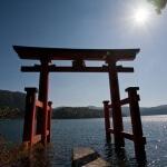 芦ノ湖上に建つ箱根神社、平和の鳥居を岸辺からみます。