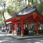 手水舎、第四鳥居、矢立杉、源頼朝三匿記念碑がある平場。