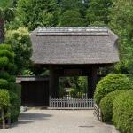 木曽塚は正面にある常楽寺の門手前を左にいきます。