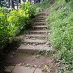 路地を抜けたら少し丘を登ります。
