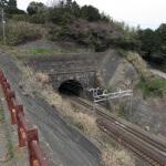写真の左にある道の突き当りに石橋山古戦場の石碑があります。右はJR東海道線。
