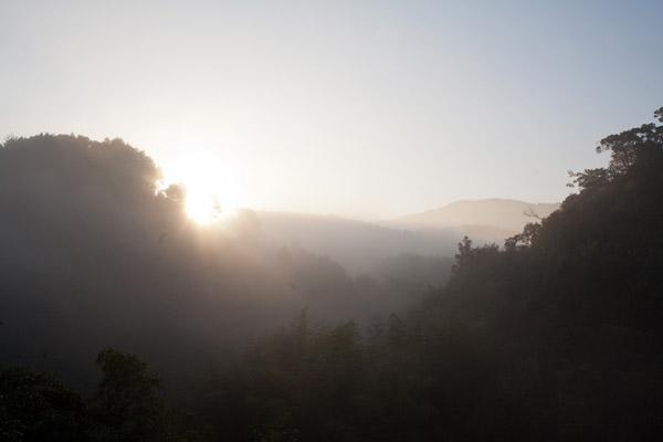 山の向こうから太陽が上ってきました。