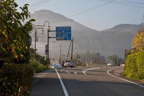 斗賀野の中心街を抜けました。7時41分。