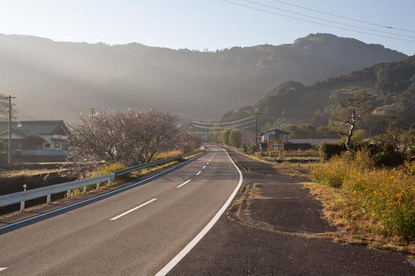 道は山に吸い込まれるようにのび、かなり山が近くなりました。気持ち良い空気です。7時52分。