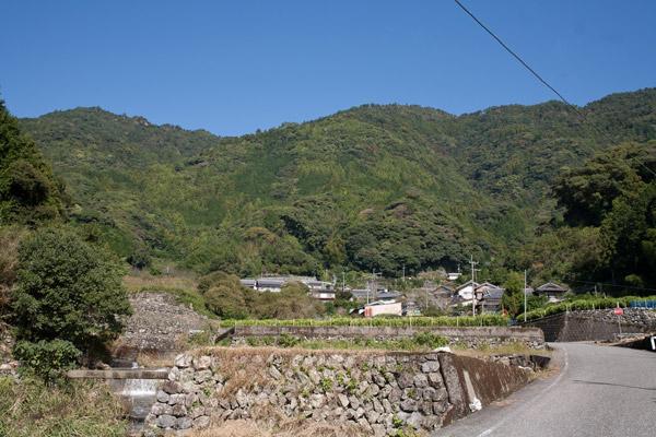 空は青く、山は緑。人里も自然に溶け込んだ素晴らしい景観です。