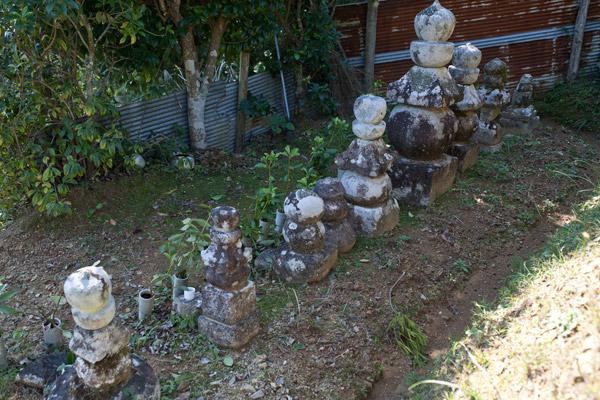 高知県高岡郡津野町の樺ノ川五輪塔群。義堂、絶海ゆかりの墓所といわれています。