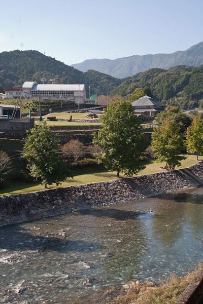 かわうそ自然公園と新荘川。