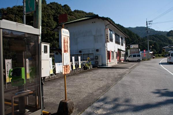 バス停「葉山役場前」。1時49分に到着し、ここから2時5分の梼原行きに乗ります。時間がよすぎます。近くに食堂があり、ビールと一服に後ろ髪をひかれつつあきらめます。