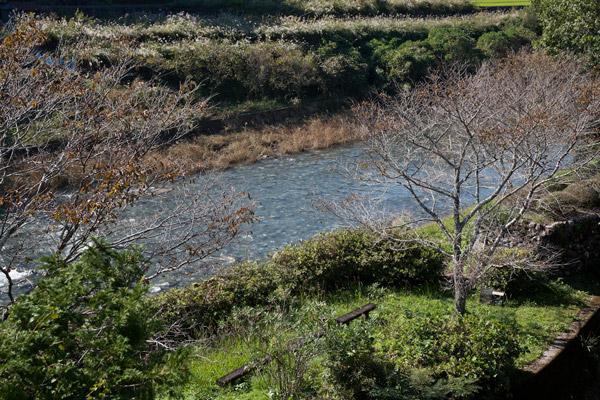 新荘川がみえてきました。脱藩の道は、随所で高知の川に癒やされます。