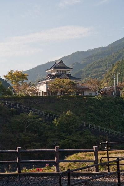 維新の門 群像のある和田城跡がみえてきました。