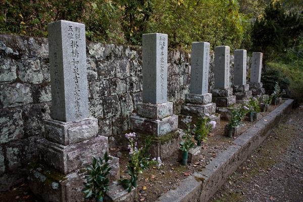 六志士の墓(分霊)。吉村虎太郎、那須俊平、那須信吾、前田繁馬、中平龍之助、掛橋和泉の分霊を祀ります。3時58分。