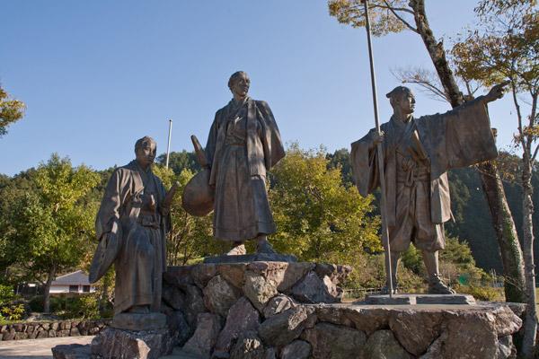 維新の門群像。右から、那須俊平、坂本龍馬、澤村惣之丞。