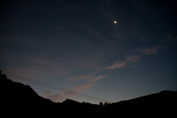 10月30日(水)午前5時42分。夜が明けきる前に宿を出発。梼原中心街を目指します。