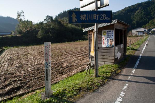 バス停を通過。