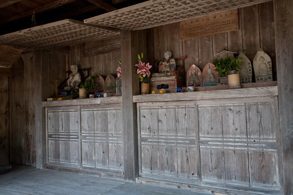 茶堂には仏様が祀られていました。