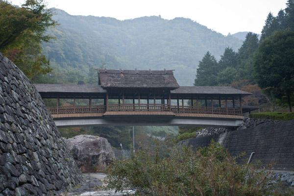 ふるさとの宿、近くにある屋根付橋。いい景色です。