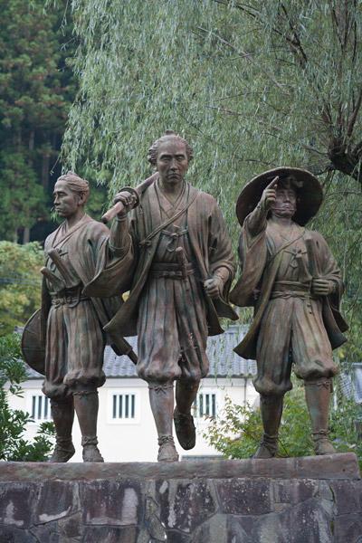 ふるさとの宿、隣にある飛翔の像。坂本龍馬(中央)、沢村惣之丞(左)、那須俊平(右)。