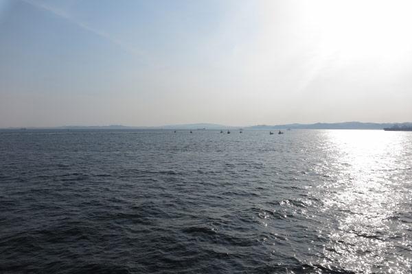 東京湾フェリー船上からみる東京湾。