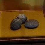 佐奈田霊社社殿内にある「秘蔵品、石橋山合戦つぶて石」。