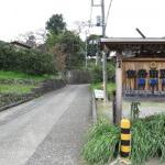 佐奈田霊社の駐車場。