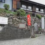 佐奈田霊社入口。坂を上っていくとみえてきます。