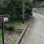 佐奈田霊社から階段を下りるとすぐに「佐奈田与一義忠討死の地/ねじり畑」があります。