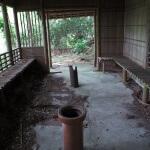 東屋の中には腰掛けや灰皿が設置されていました。往時はありがたい場所だったでしょう。