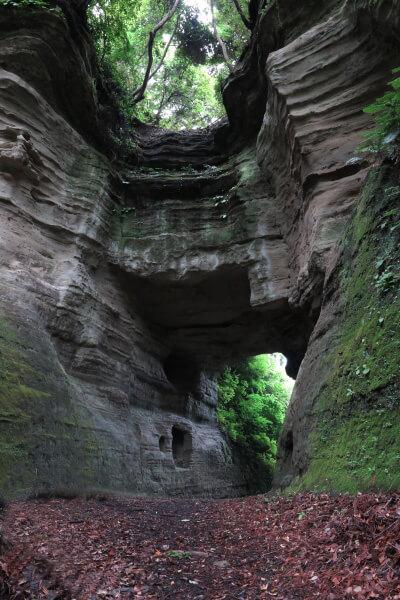 釈迦堂口切通し、大町口近くの洞門。