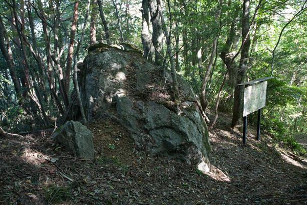 城の森近くの巨石。笄(こうがい)岩のの美しい歴史が語られています。9時36分。