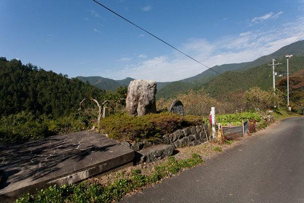 「夜明けの道」石碑がみえてきました。
