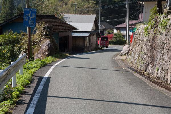 10時42分、御幸の橋を出発。道案内板があります。目指す横通りの文字を確認。
