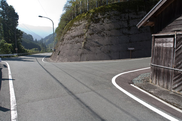 10時44分御幸の橋から2分ほどで、脱藩の道右折の道標。