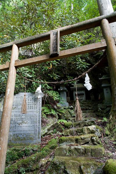 滝の近くには樽の渕龍王神。