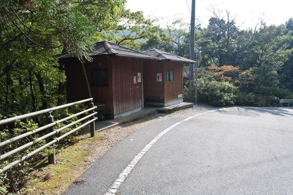 三杯谷の上部出入口には龍王神の石碑、脱藩の道絵図、トイレなどがあります。