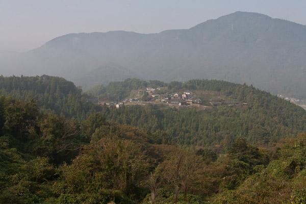 泉ヶ峠から旧宿間村(亀ノ甲)へ。
