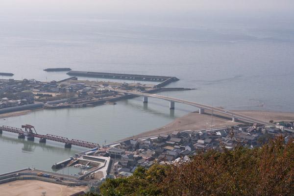 肱川あらし展望公園からの眺め。龍馬が下関に向けて船出した長浜港、そして瀬戸内海が見渡せます。