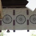 三嶋大社の総門に掲げられた皇室の菊花紋(十六八重表菊)。自然と背筋が伸び、自然や神に対する畏れの気持ちが起きてきます。